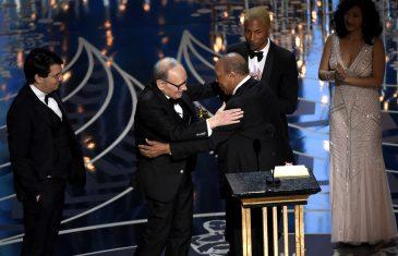 Ennio Morricone recoge el Osacar de las manos de Quincy Jones