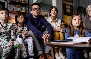 La familia ficticia de Berto ante el televisor
