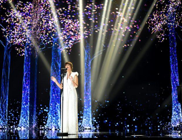 Vanesa Martin durante la gala de los Premios Goya 2021, en un idílico pasaje natural poniendo música al recuerdo de los fallecidos 2020