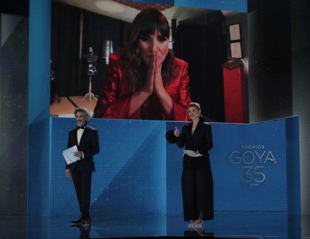 Rozalén emocionada al ser la ganadora del premio a mejor canción original.