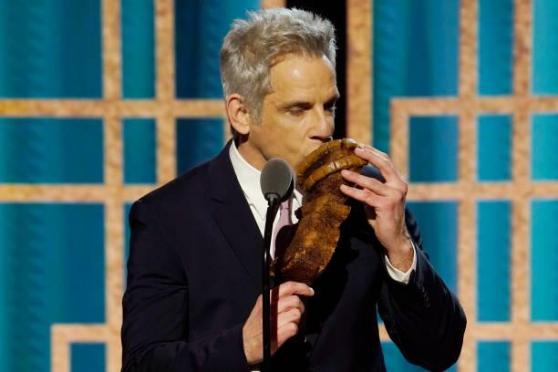 Ben Stiller mordiendo su bizcocho con forma de Globo de Oro.