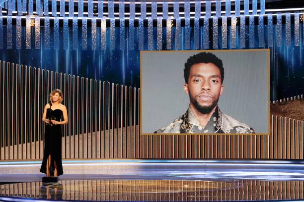 Renee Zellweger anunciando a Chadwick Boseman como ganador a mejor actor