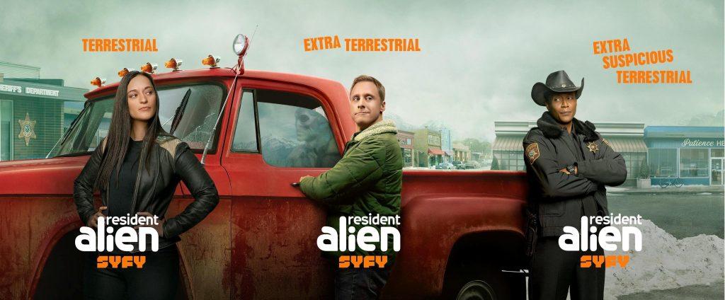 Sara Tomko, Alan Tudyk y  Corey Reynolds en el cartel de 'Resident Alien'