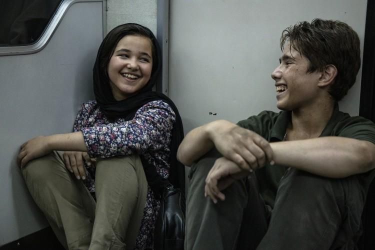 Zahra y Alí, riendo en el metro. CARAMEL