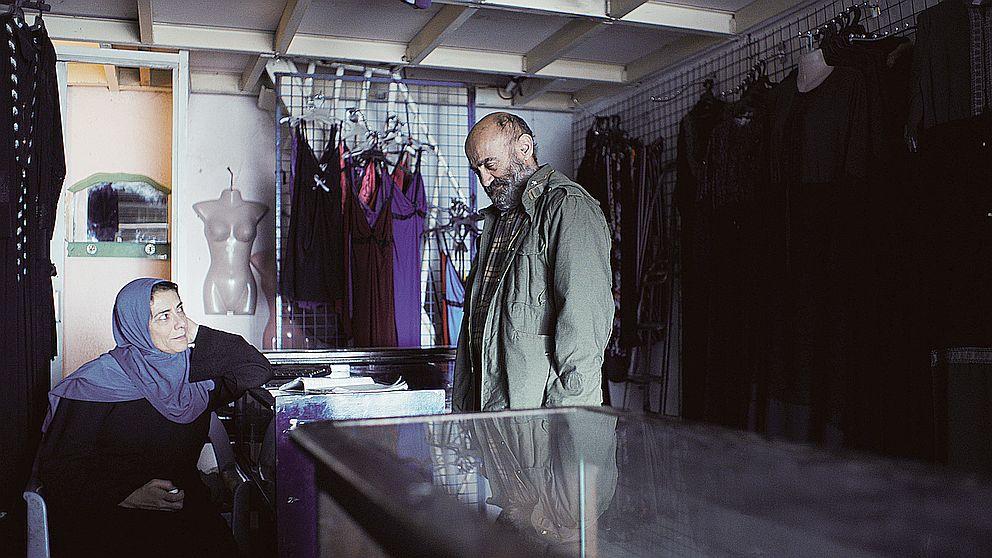 Una vista a la tienda de Shiam para arreglar unos pantalones, KARMA FILMS