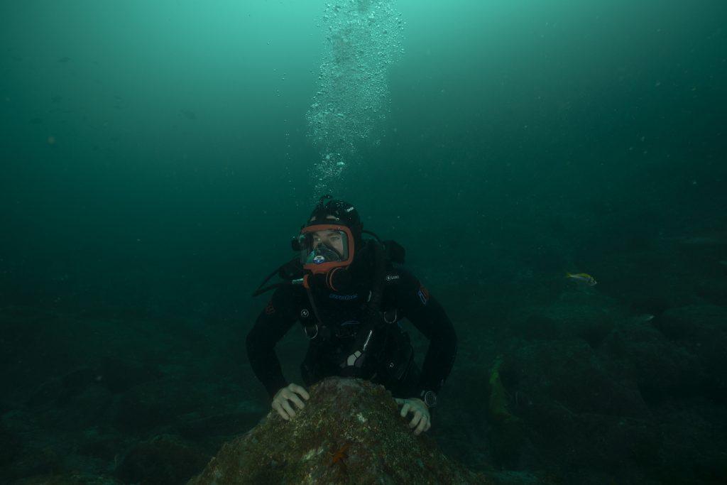 El submarinismo es otra de las aficiones del marido de la actriz española Elsa Pataki, cono nos muestra en La playa de los tiburones. NATIONAL GEOGRAPHIC