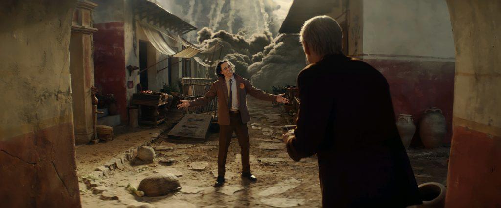 El protagonista de la serie, Loki, mostrando a Mobius como escapar de la AVT. MARVEL STUDIOS