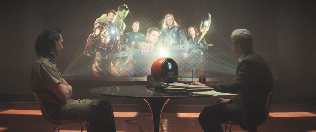 Loki (Hiddleston) y Mobius (Wilson) rememorando las hazañas del dios