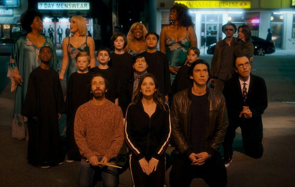 Simon Helberg, Marion Cotillard y Adam Driver, junto a Sparks y parte del elenco de Annette. ELASTICAFILMS