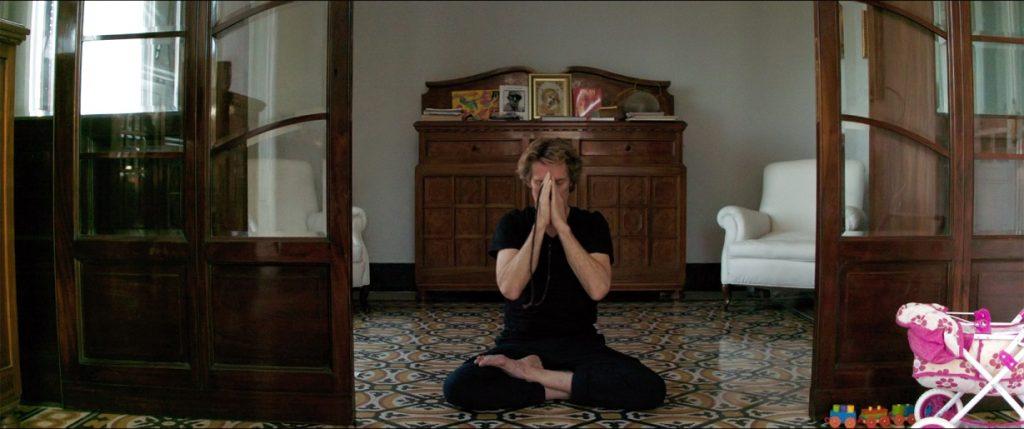 Dafoe haciendo yoga. CAPRICCI