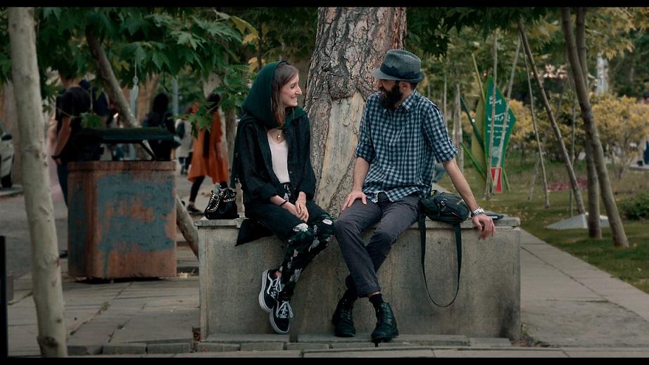 Erfan Shafei junto a una chica en Un blues para Teherán. SURTSEY