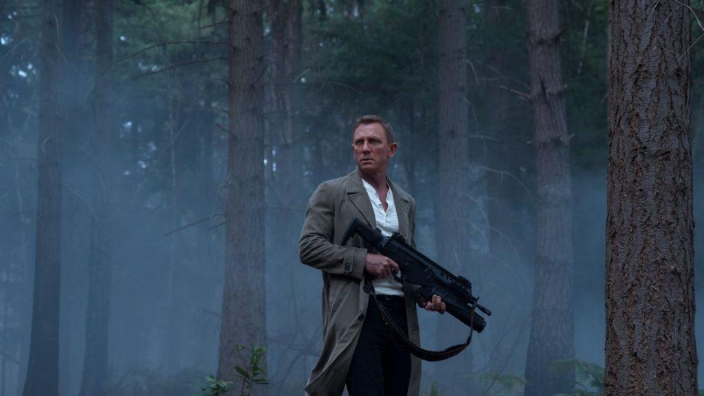 Daniel Craig armado en Sin tiempo para morir